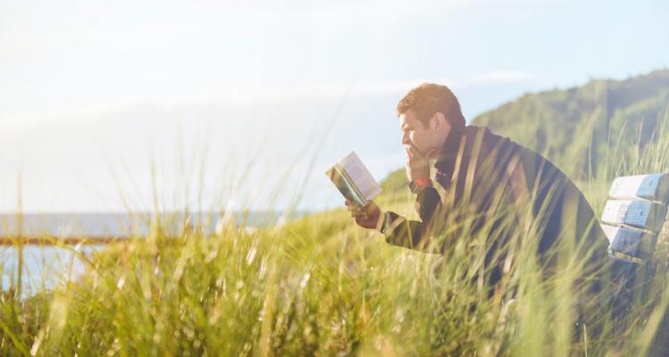 Boekenweek man leest boek buiten